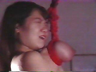 जापानी महिला को बेरहमी से अत्याचार और उसके स्तनों से निलंबित कर दिया है
