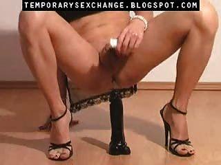 एक अस्थायी sexchange में पुरुष शरीर और पैरों की feminization