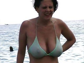 समुद्र तट पर बिकनी में गर्म गर्म