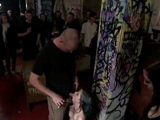 टैटू लड़की सार्वजनिक गंदा समूह सेक्स