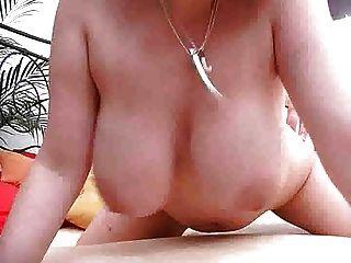 बड़े स्तन लड़की एक बिल्ली M27 के रूप में उसके स्तन का उपयोग करता है