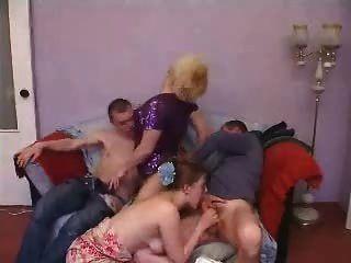 परिपक्व और युवा जोड़े जीवनानंद समूह सेक्स