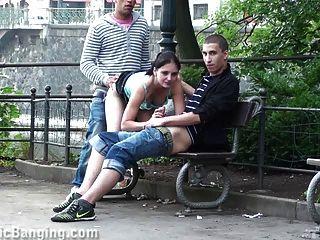 सड़क पर सार्वजनिक त्रिगुट सेक्स।बहुत बढ़िया!