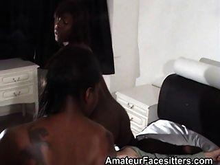 2 काले लड़कियों facesit दादा