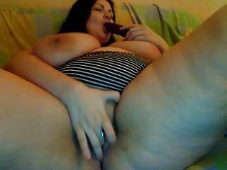 विशाल स्तन और कैम पर रसदार बिल्ली