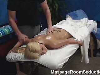 मालिश चिकित्सक seduces गर्म लड़की!
