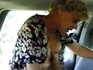 पत्नी को एक कार में गड़बड़ पति फिल्माने है