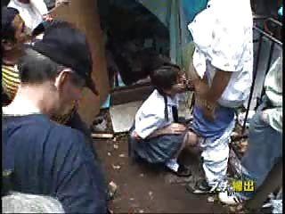 सार्वजनिक क्षेत्र में मिठाई जापानी किशोरों की बकवास