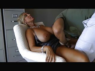 बड़े स्तन चूसना और बकवास के साथ महिला