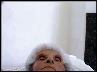 84 वर्ष पुराने फूहड़ अभी भी जवान मुर्गा प्यार करता है
