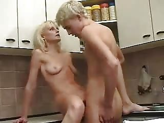 गोरा रूसी परिपक्व माँ और लड़का