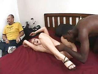 काले आदमी के साथ सफेद प्रेमिका, जबकि उसके प्रेमी देखता है