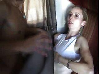 एक युवक को एक ट्रेन पर उसकी माँ fucks