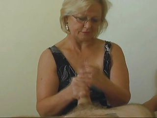 श्रीमती।वाटसन एक और महान handjob देता है