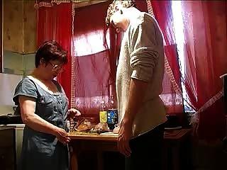 माँ और रसोई घर में लड़का