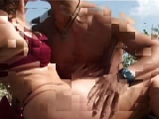 छोटे स्तन के साथ परिपक्व बिग निपल्स समुद्र तट पर बकवास हो जाता है