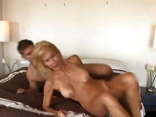 परिपक्व कौगर seduces युवा लड़के - Cireman