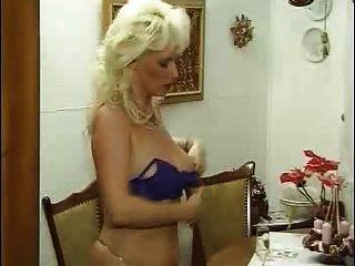 मोज़ा में जर्मन गांठदार परिपक्व औरत उसके जवान प्रेमी fucks