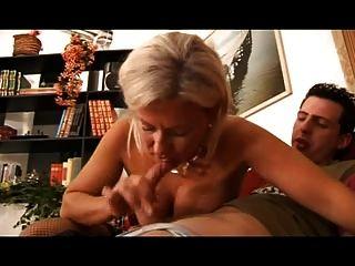 गर्म सुनहरे बालों वाली इतालवी मां