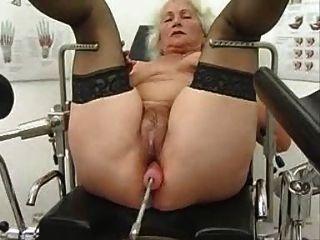 दादी नोर्मा एक सेक्स मशीन पर बाहर काम करता है