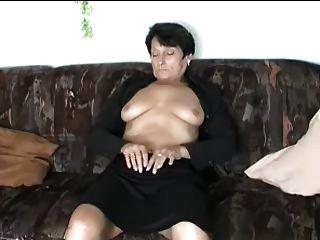 परिपक्व स्ट्रिप्स और उंगलियों खुद को संभोग करने के लिए