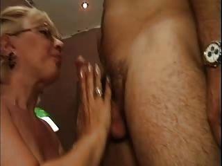 सफेद fishnet मोज़ा Fucks में गोरा दादी