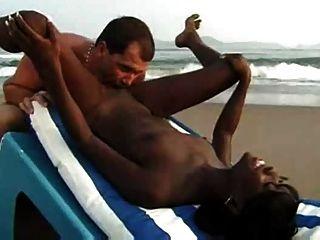 समुद्र तट पर अंतरजातीय जोड़े सेक्स
