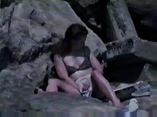 समुद्र तट पर हस्तमैथुन पकड़ा