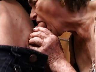 मोज़ा में प्राचीन बालों दादी बकवास चूसना उँगलियों और