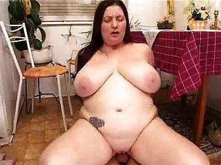 बीबीडब्ल्यू बड़े स्तन के युवक के साथ रसोईघर में कमबख्त के साथ