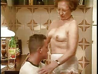 चश्मे के साथ दादी
