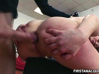 निर्दोष किशोर लड़की उसके छोटे गधे के ऊपर एक बड़ा डिक लेता है