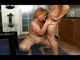 मोटा दादी एक लड़के से एक चेहरे हो जाता है