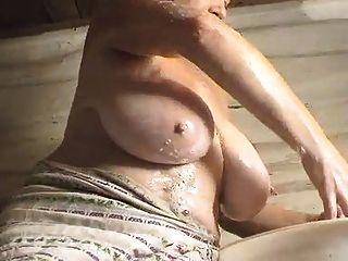 महिला को धोने और प्ले (saggy udders प्रेमी के लिए केवल)