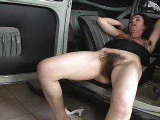 वास्तव में बालों महिला को कार पर गड़बड़