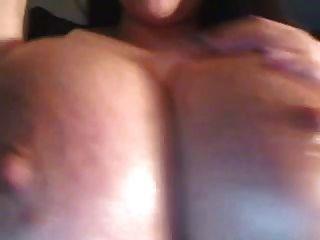 वेब कैमरा लड़की तेलों के बड़े स्तनों, निपल्स और lactates (mrno)