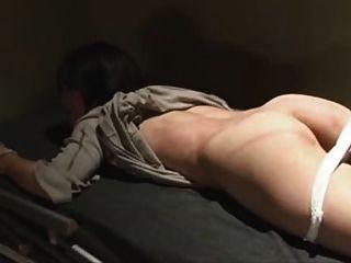 जापानी बंधे और जेल में मार पड़ी है