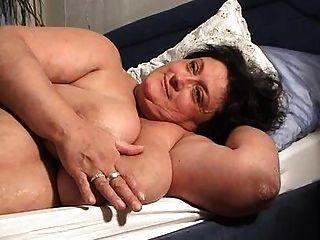 ओमा Marielle zeigt Ihre haengetitten