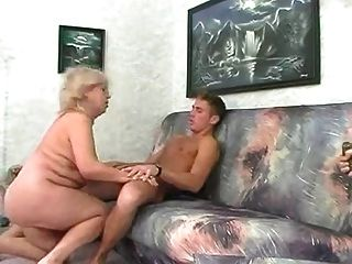 बीबीडब्ल्यू युवक के साथ सुनहरे बालों वाली दादी Fucks