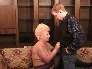 एक लड़के के साथ रूसी दादी