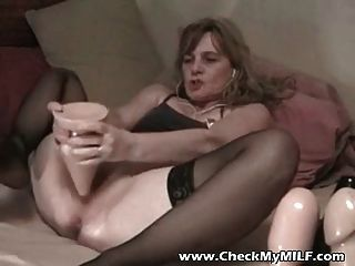 उसे गधे में विशाल dildo के साथ शौकिया पत्नी