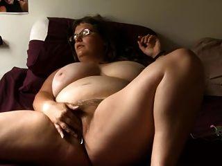 कांच के साथ बीबीडब्ल्यू लड़की बिस्तर पर masturbates