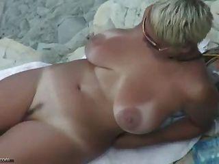 सेक्सी परिपक्व नग्न समुद्र तट