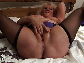 उसे बिस्तर पर बड़ा दादी फुहार