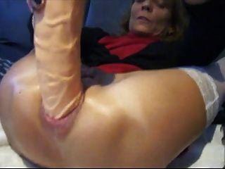 शौकिया भराई विशाल dildo के साथ उसे गधा