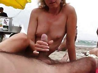 naomi1 Footjob और एक समुद्र तट पर handjob