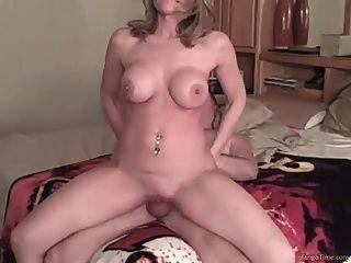 विशाल प्राकृतिक स्तन के साथ घर का बना शौकिया लड़की