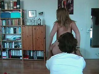 चश्मे stripteases और निगल के साथ शौकिया लड़की