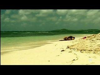 समुद्र तट पर काले प्रेमी के साथ युवा गोरा सफेद लड़की - अंतरजातीय