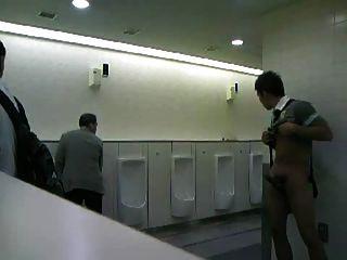 cmnm - सार्वजनिक शौचालय में आदमी हस्तमैथुन!
